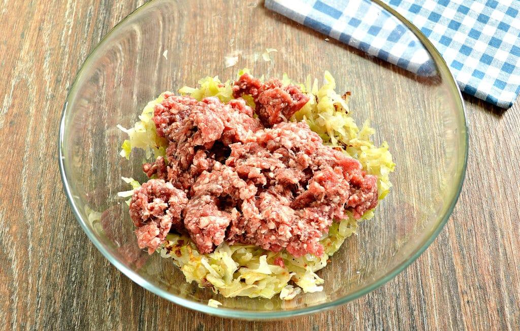 Фото рецепта - Манты с капустой и говядиной - шаг 3