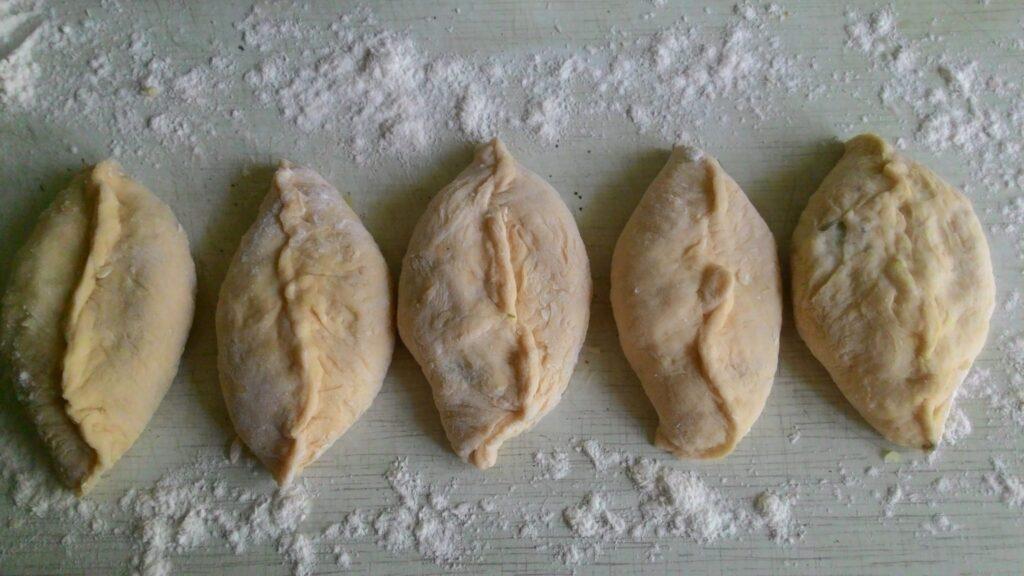 Фото рецепта - Жареные пирожки с картофельным пюре и зеленью - шаг 4