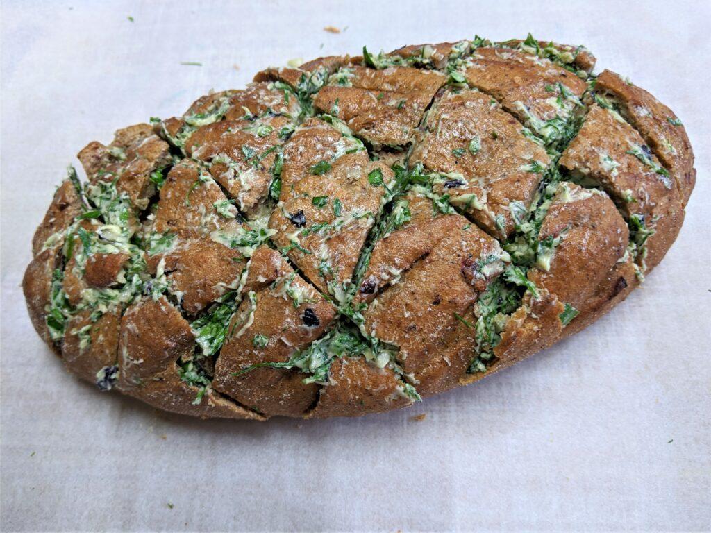 Фото рецепта - Оригинальный хлеб с чесноком и сыром - шаг 2
