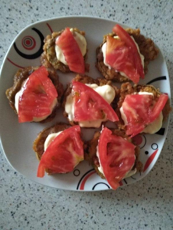 Фото рецепта - Закуска из кабачков с чесноком и помидорами - шаг 3