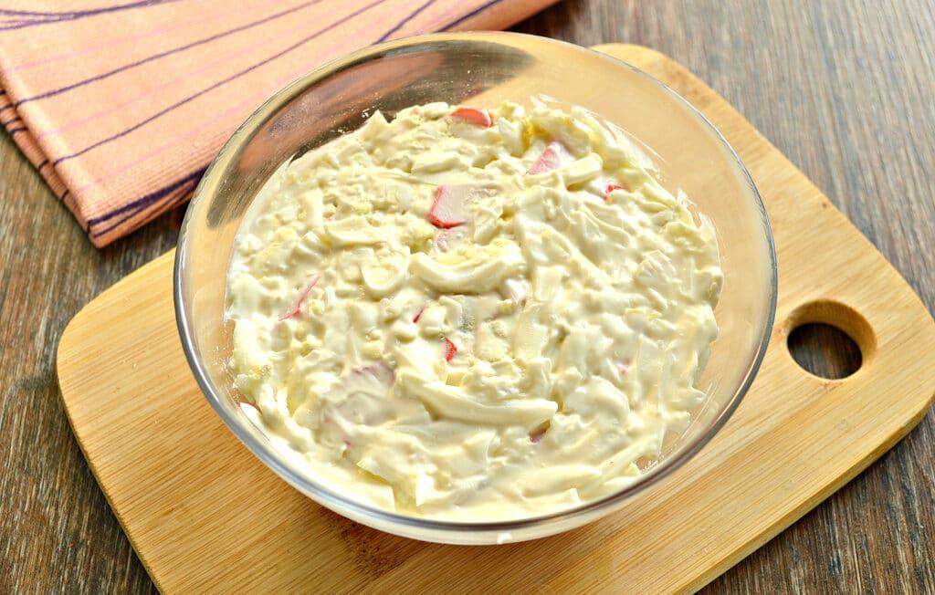 Фото рецепта - Слоёный салат с помидорами и крабовыми палочками - шаг 4