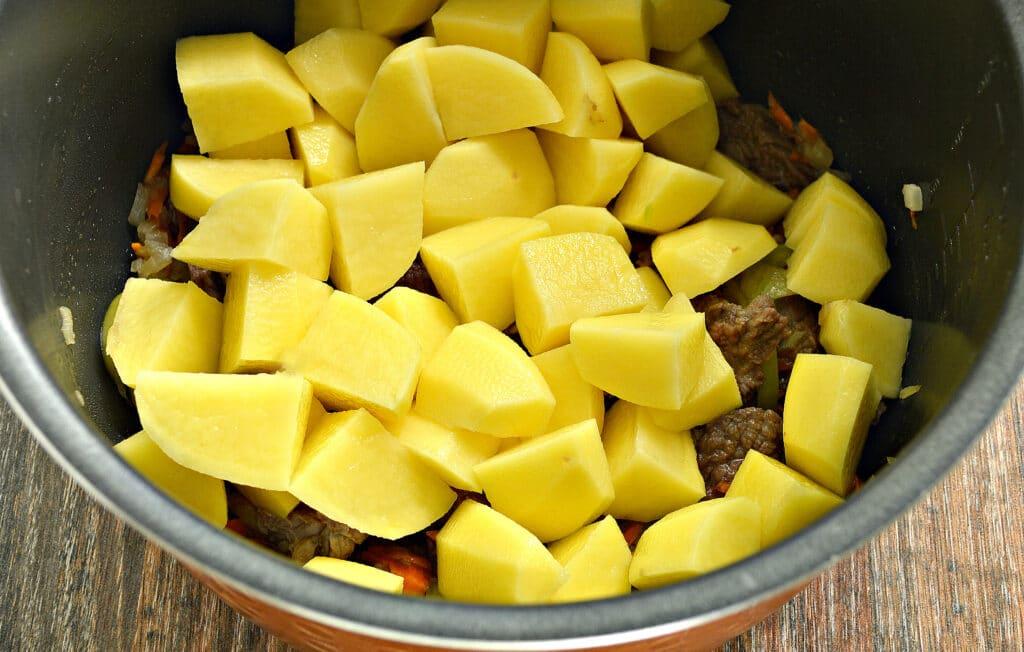 Фото рецепта - Картофель тушёный в мультиварке с овощами и говядиной - шаг 4