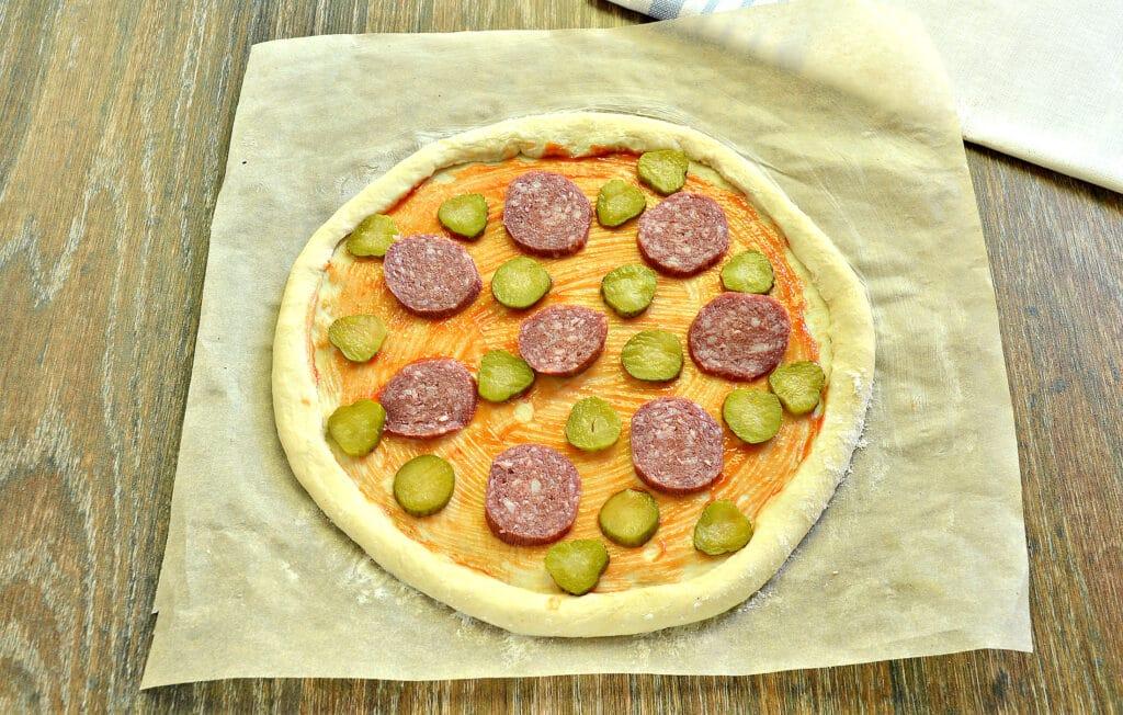 Фото рецепта - Пицца на слоёном тесте с колбасой, огурцами и сыром - шаг 4