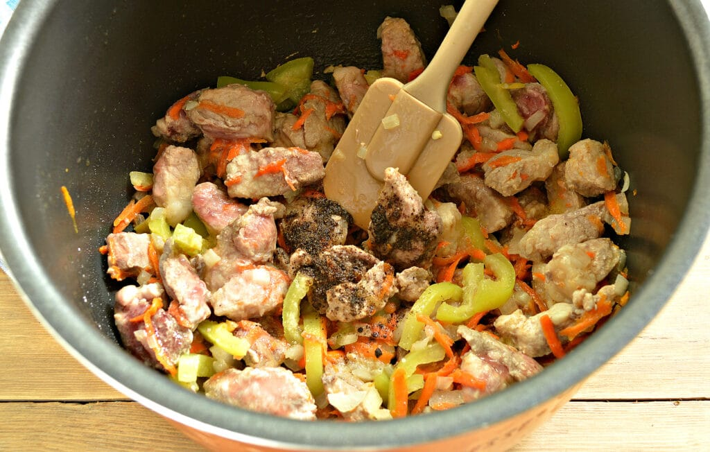 Фото рецепта - Подлива из свинины с овощами в мультиварке - шаг 4
