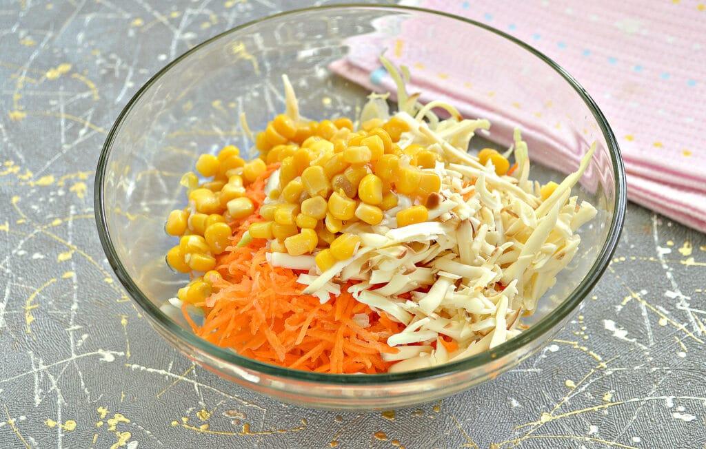 Фото рецепта - Капустный салат с колбасным сыром и сухариками - шаг 4