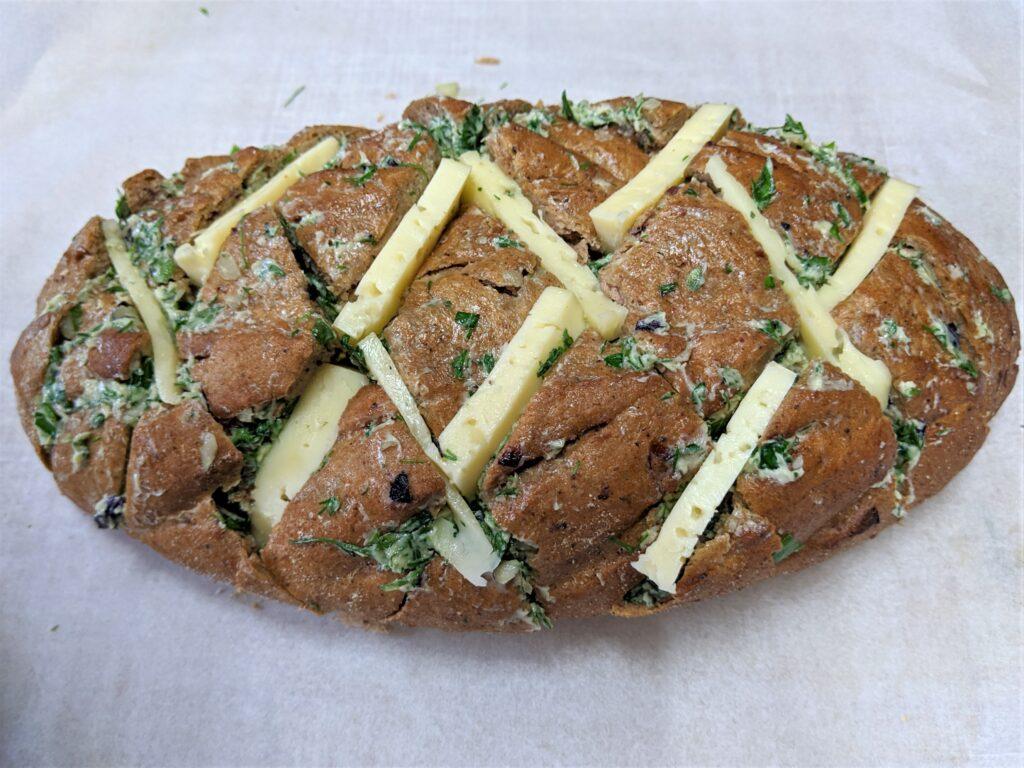 Фото рецепта - Оригинальный хлеб с чесноком и сыром - шаг 3
