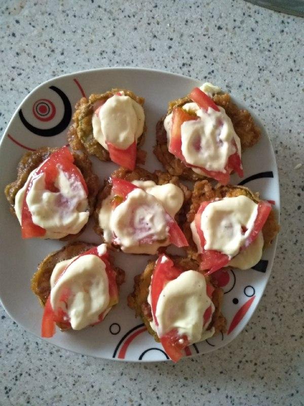 Фото рецепта - Закуска из кабачков с чесноком и помидорами - шаг 4