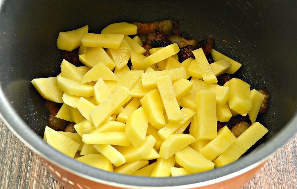 Фото рецепта - Жареный картофель с салом в мультиварке - шаг 4