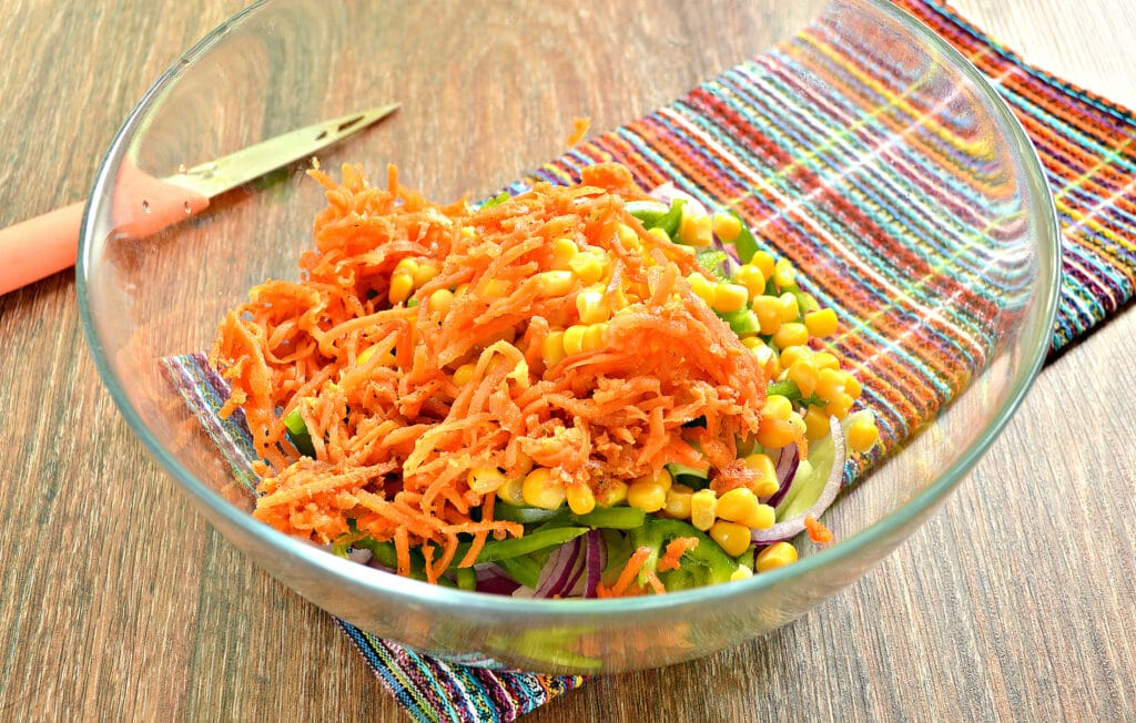 Фото рецепта - Овощной салат с кукурузой и морковкой по-корейски - шаг 5