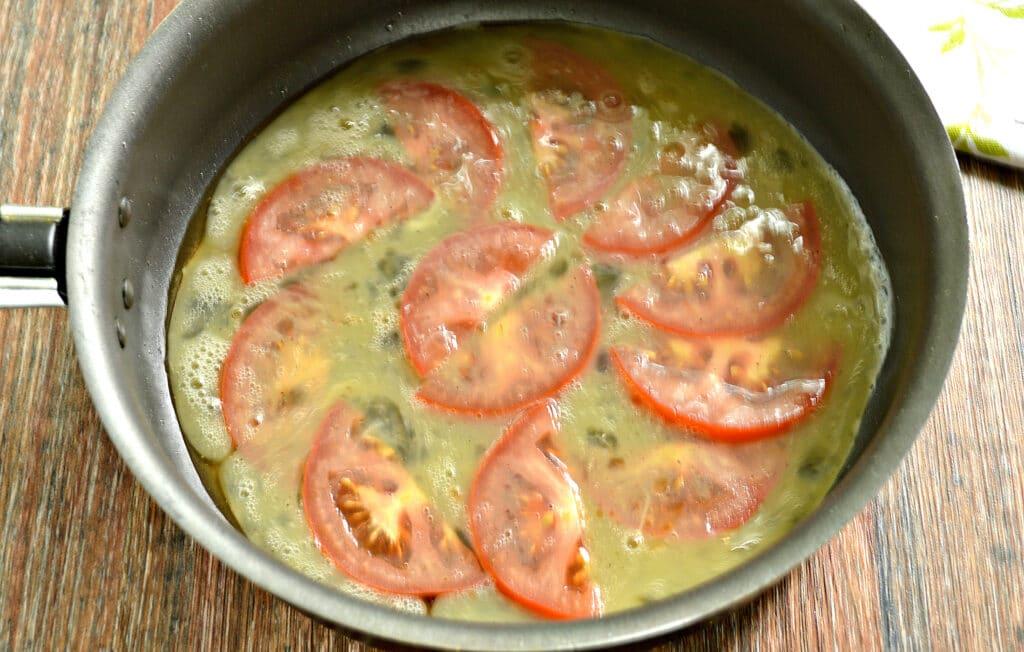 Фото рецепта - Яичница с помидором и колбасным сыром - шаг 5