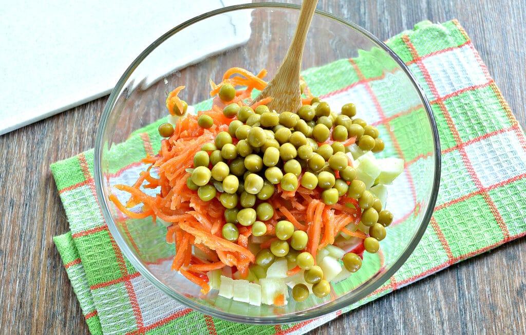 Фото рецепта - Рисовый салат с корейской морковкой и крабовыми палочками - шаг 5