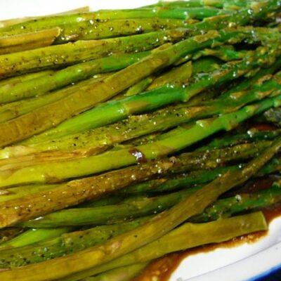 Запеченная спаржа с бальзамическим сливочным соусом - рецепт с фото