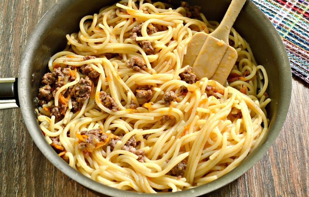 Фото рецепта - Спагетти с фаршем и овощами на сковороде - шаг 5