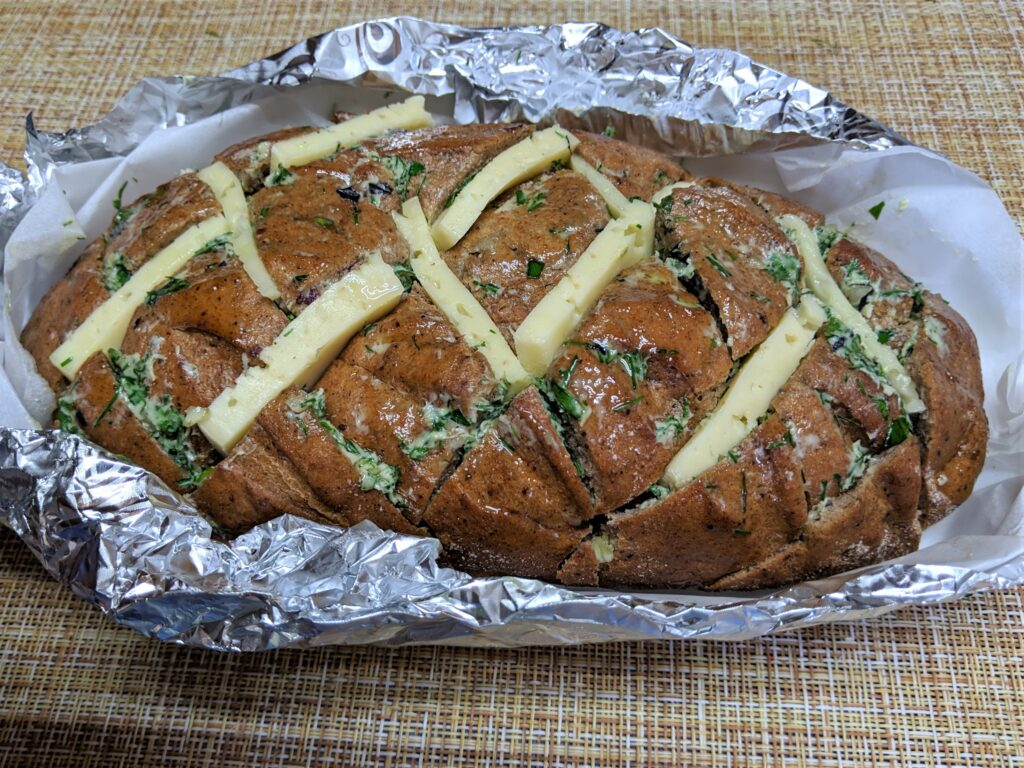 Фото рецепта - Оригинальный хлеб с чесноком и сыром - шаг 4
