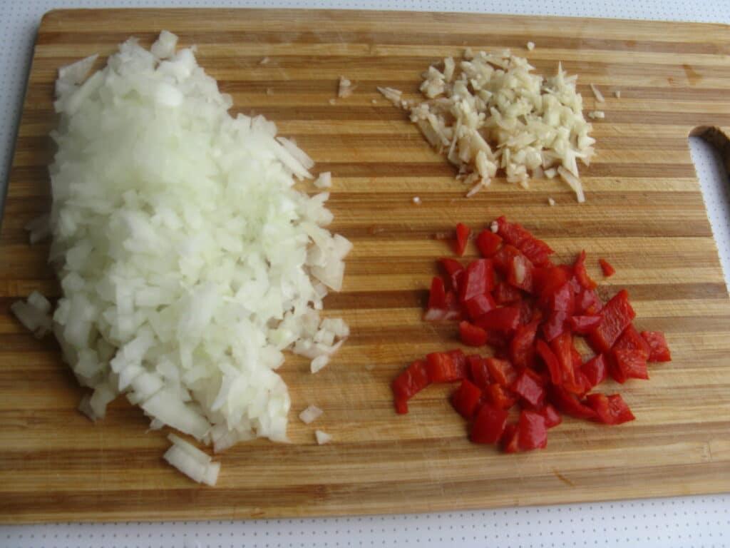 Фото рецепта - Куриные грудки с гречкой, тушеные в томатном соусе - шаг 5