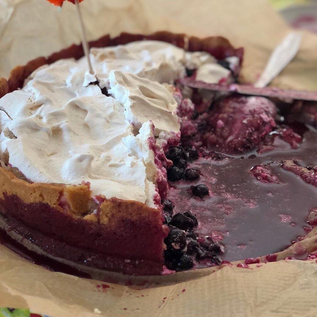 Фото рецепта - Пирог со смородиной и безе - шаг 7