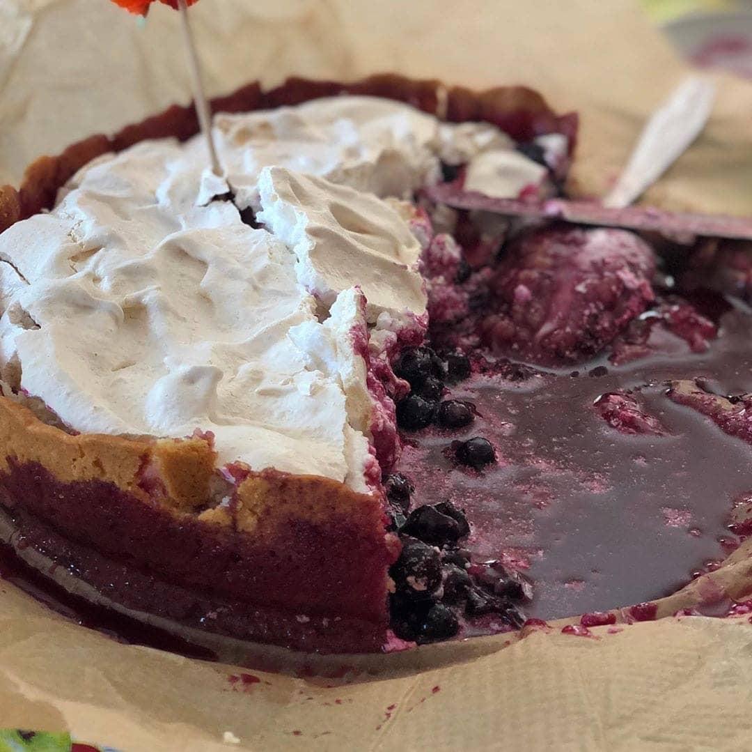 Пирог со смородиной и безе