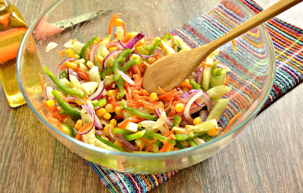 Фото рецепта - Овощной салат с кукурузой и морковкой по-корейски - шаг 6