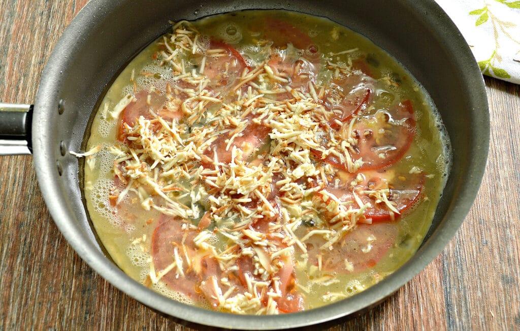 Фото рецепта - Яичница с помидором и колбасным сыром - шаг 6