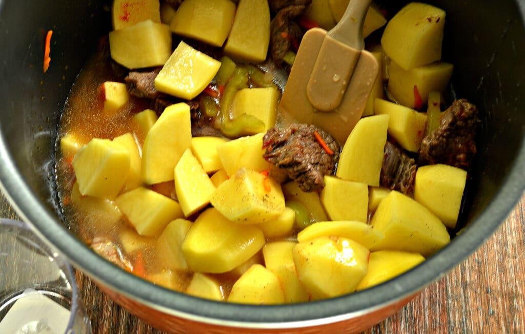 Фото рецепта - Картофель тушёный в мультиварке с овощами и говядиной - шаг 6