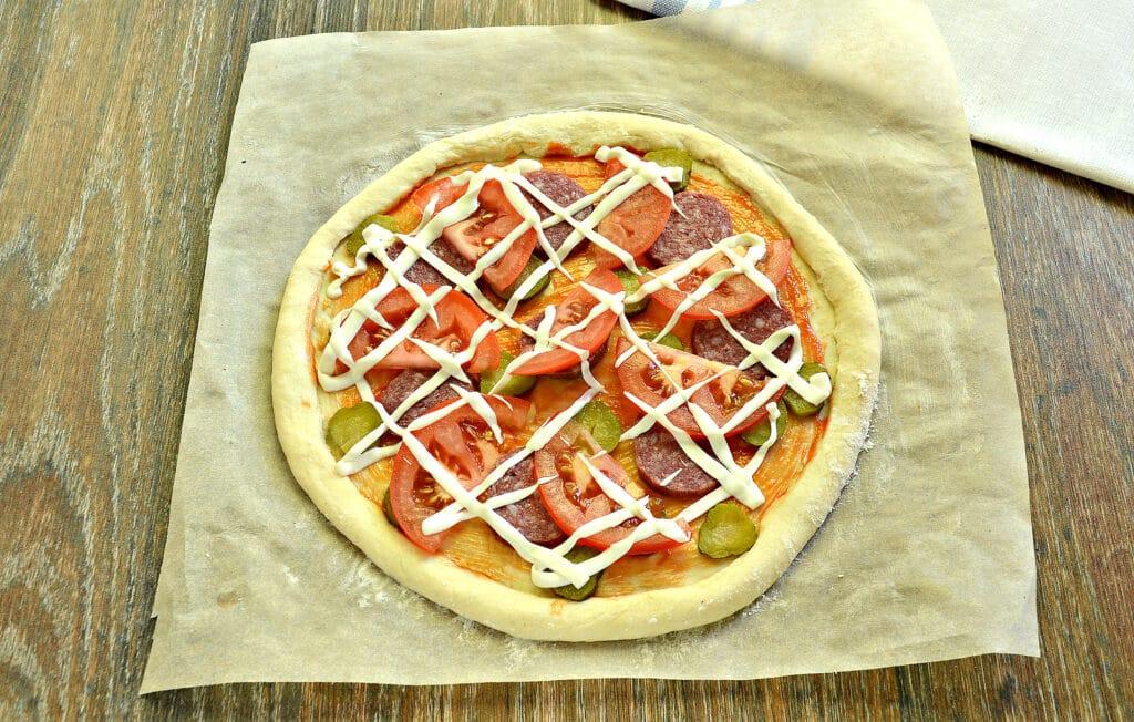 Фото рецепта - Пицца на слоёном тесте с колбасой, огурцами и сыром - шаг 6
