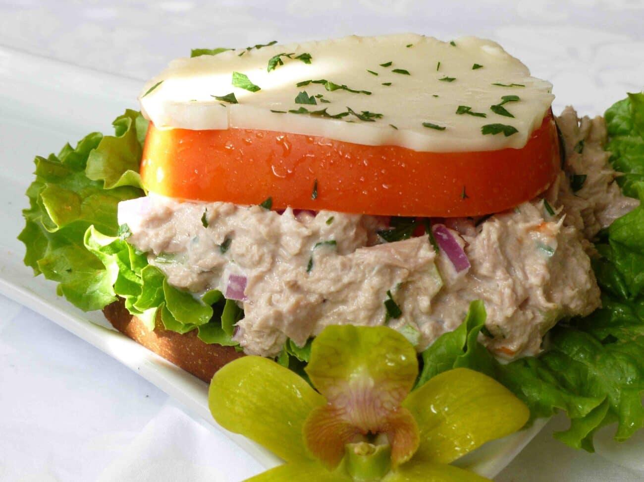 Бутерброд с тунцом и плавленным сыром
