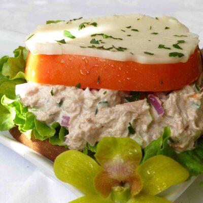 Бутерброд с тунцом и плавленным сыром - рецепт с фото