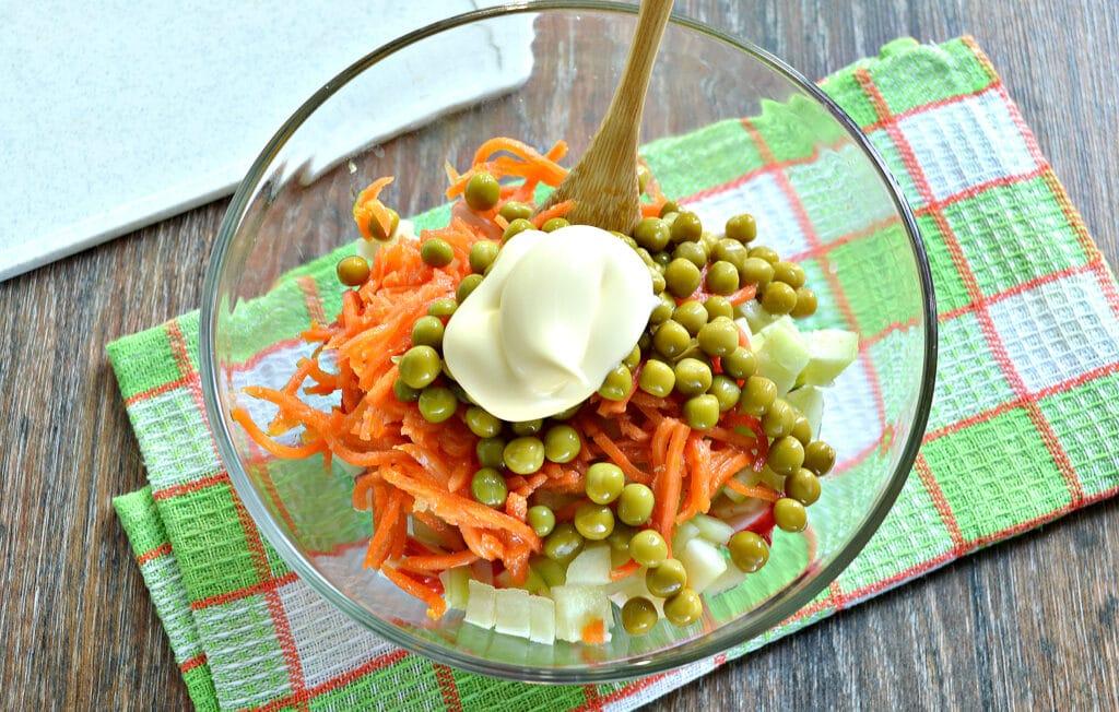 Фото рецепта - Рисовый салат с корейской морковкой и крабовыми палочками - шаг 6