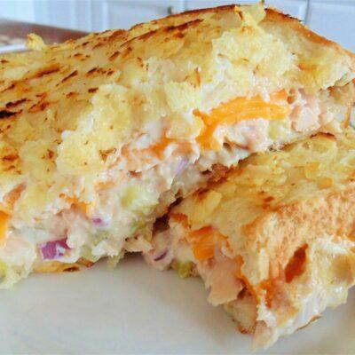 Бутерброд с тунцом, расплавленным сыром и чипсами - рецепт с фото
