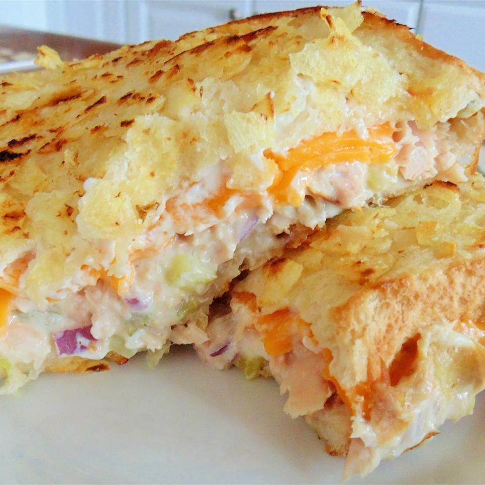 Бутерброд с тунцом, расплавленным сыром и чипсами