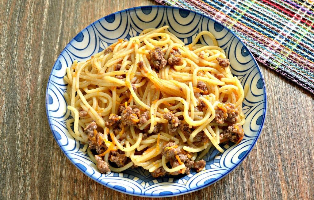 Фото рецепта - Спагетти с фаршем и овощами на сковороде - шаг 6