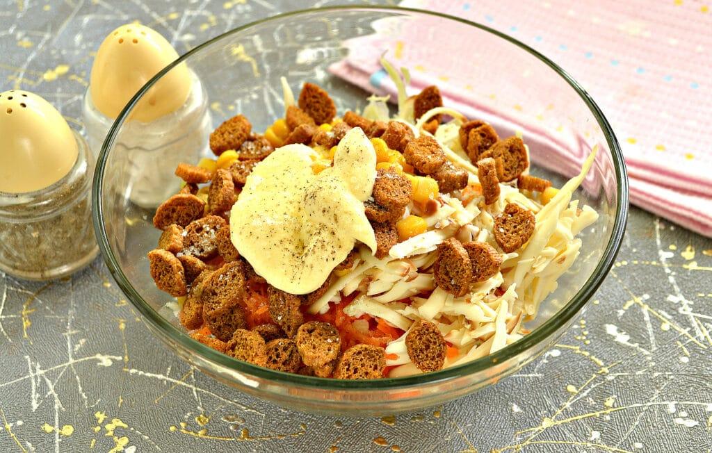 Фото рецепта - Капустный салат с колбасным сыром и сухариками - шаг 6