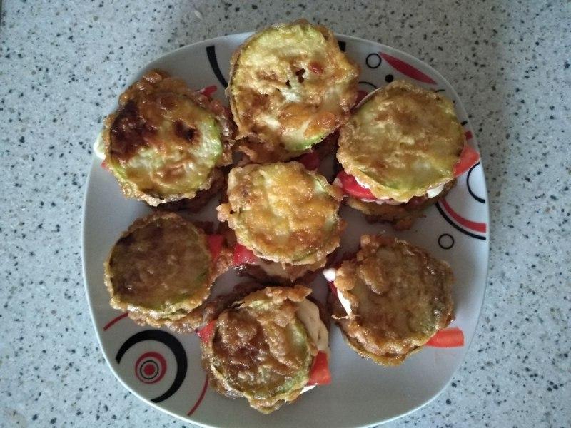 Фото рецепта - Закуска из кабачков с чесноком и помидорами - шаг 5