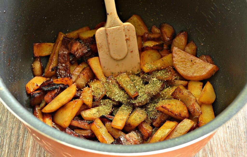 Фото рецепта - Жареный картофель с салом в мультиварке - шаг 6
