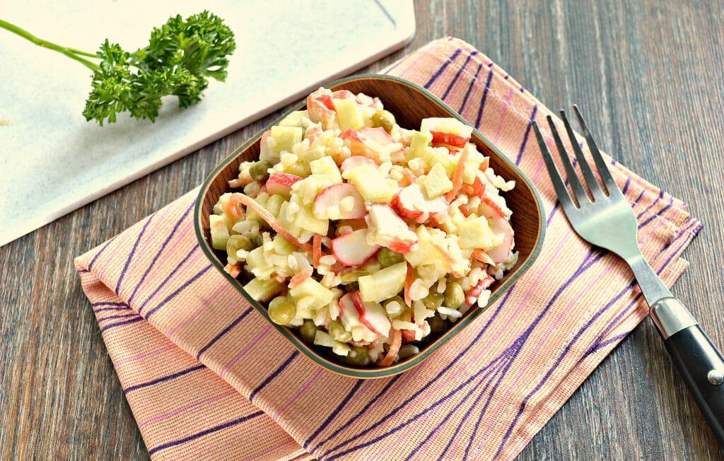Фото рецепта - Рисовый салат с корейской морковкой и крабовыми палочками - шаг 7