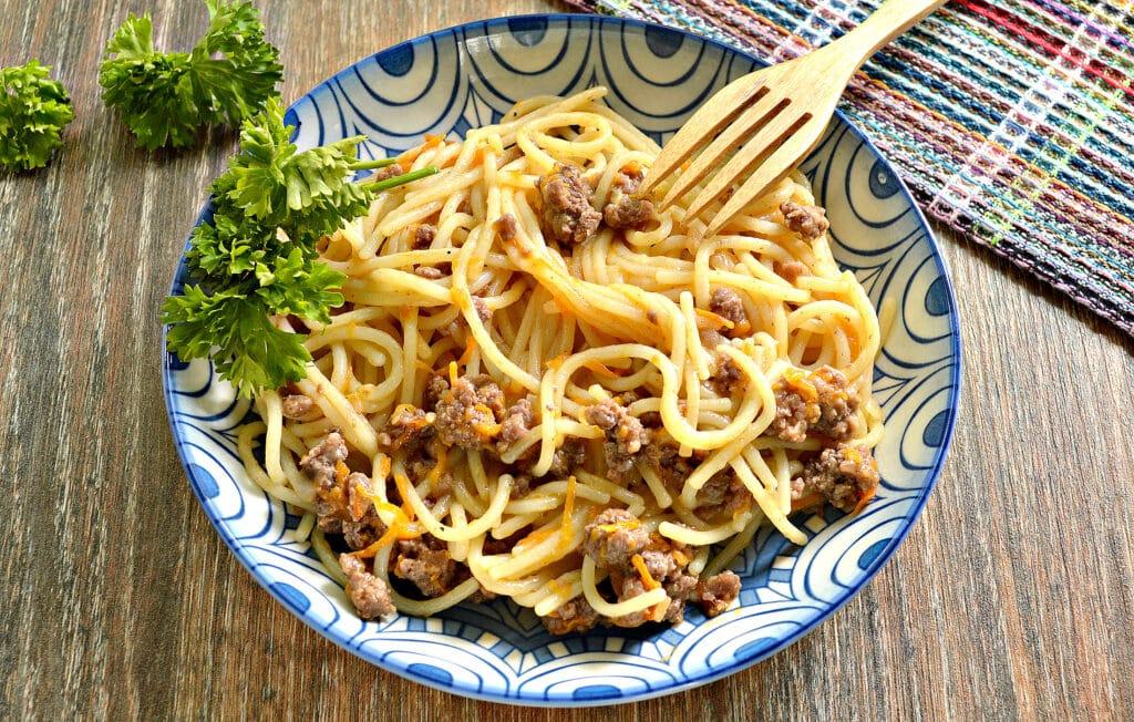 Фото рецепта - Спагетти с фаршем и овощами на сковороде - шаг 7