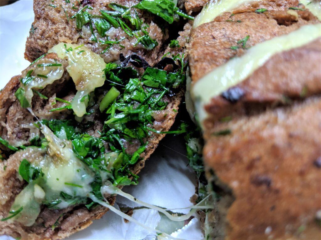 Фото рецепта - Оригинальный хлеб с чесноком и сыром - шаг 7
