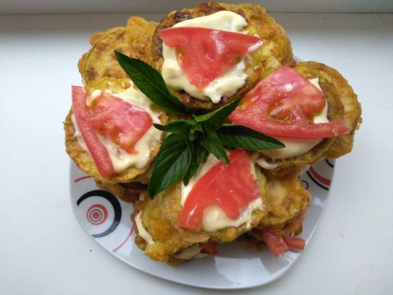 Закуска из кабачков с чесноком и помидорами