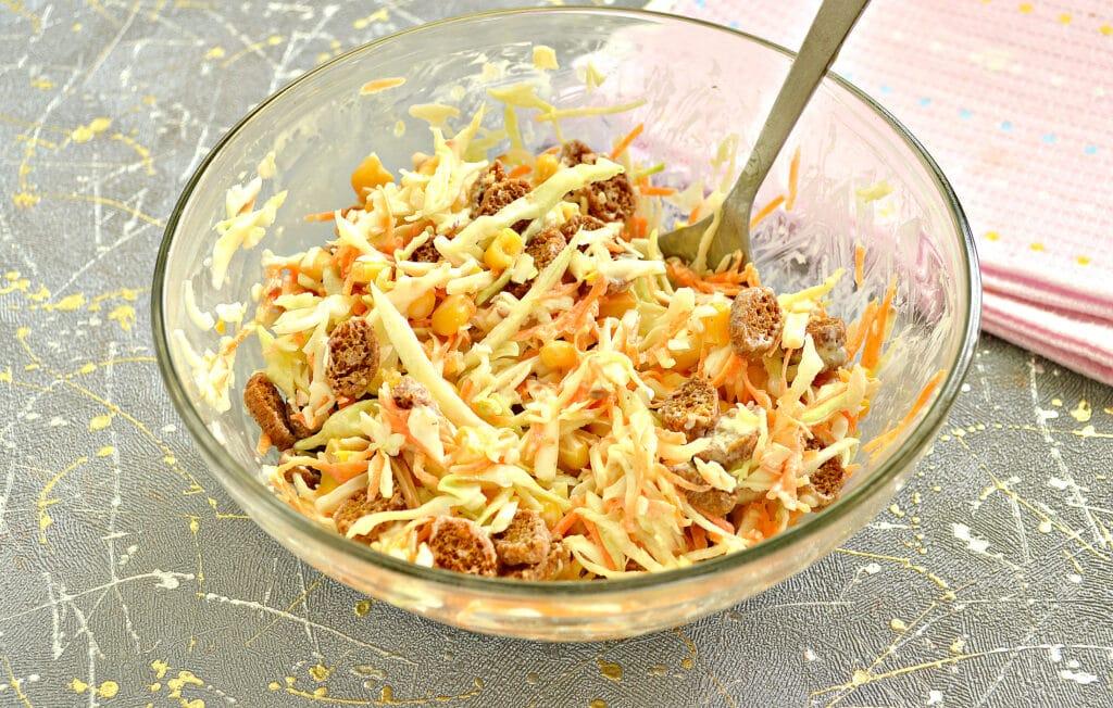 Фото рецепта - Капустный салат с колбасным сыром и сухариками - шаг 7