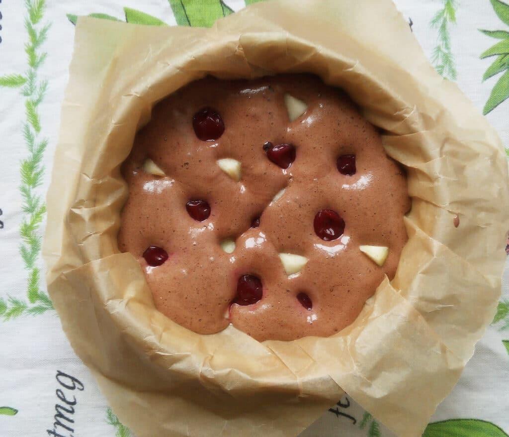 Фото рецепта - Шоколадный бисквит с вишней и грушами - шаг 7