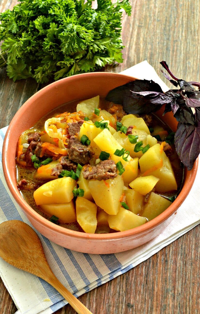 Картофель тушёный в мультиварке с овощами и говядиной