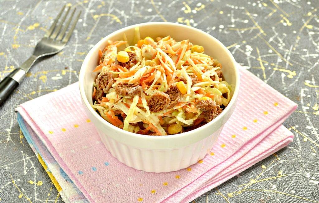 Фото рецепта - Капустный салат с колбасным сыром и сухариками - шаг 8