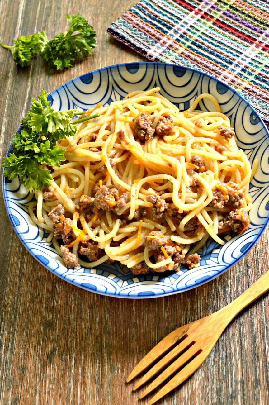 Спагетти с фаршем и овощами на сковороде