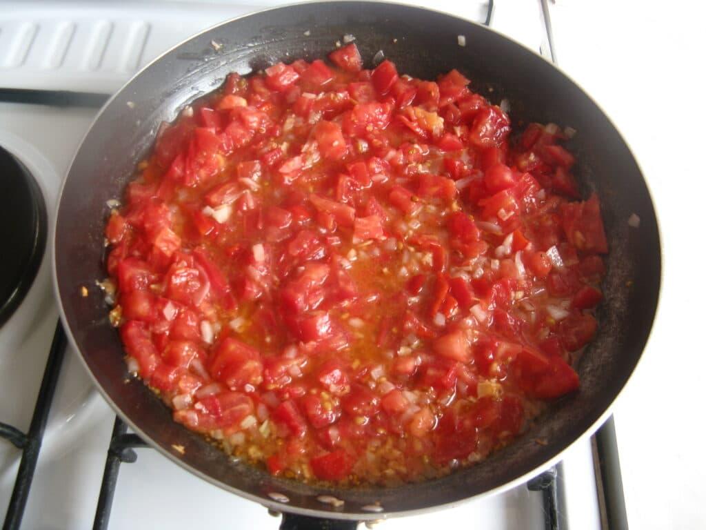 Фото рецепта - Куриные грудки с гречкой, тушеные в томатном соусе - шаг 8