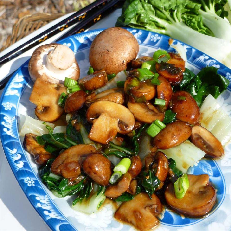 Салат из капусты с грибным соусом