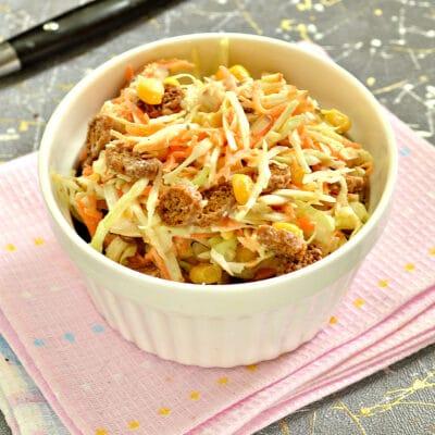 Капустный салат с колбасным сыром и сухариками - рецепт с фото