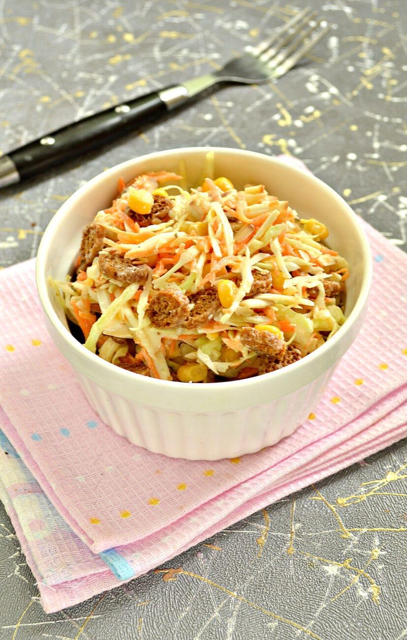 Капустный салат с колбасным сыром и сухариками