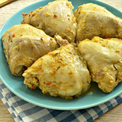Тушеные куриные бедра в мультиварке - рецепт с фото