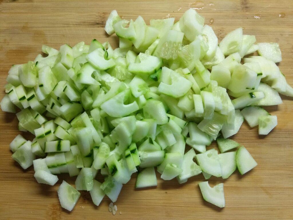 Фото рецепта - Зеленый салат из огурцов, болгарского перца и зелени - шаг 1