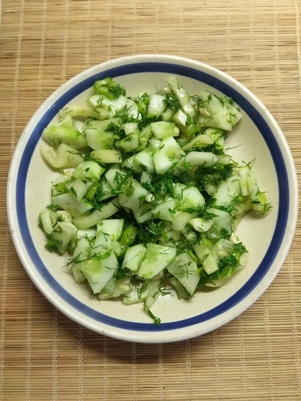 Зеленый салат из огурцов, болгарского перца и зелени
